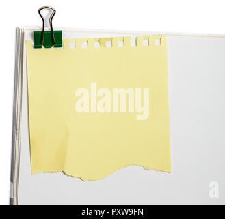 Rappel autocollant jaune remarque avec clip sur le papier de bureau blanc Banque D'Images