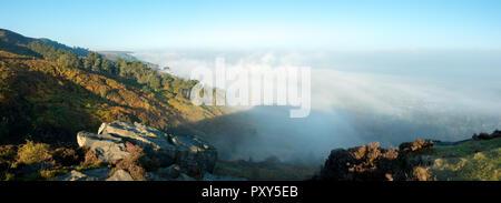 UK: panorama paysage mist rising sur une vallée d'automne Wharfedale et Ilkley Moor créant un spectre du brocken, West Yorkshire, Royaume-Uni Banque D'Images