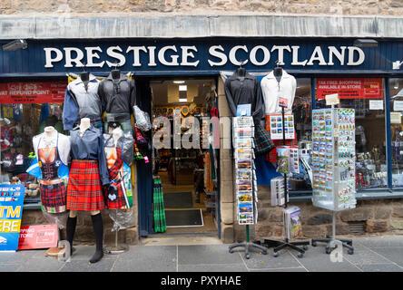 Voir touristique typique de cadeaux sur le Royal Mile à Édimbourg, Écosse, Royaume-Uni. Banque D'Images