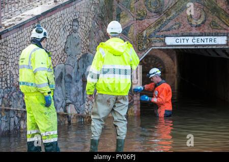 Le personnel de l'Agence de l'environnement impliqués dans le pompage de l'eau de l'inondation de Hardwicke Circus à Carlisle, Cumbria, le mardi 8 décembre 2015, après une pluie torrentielle de storm Desmond. La tempête a établi un nouveau record britannique pour rainfsll totaux dans une journée avec 341.4mm en 24 heures. Banque D'Images