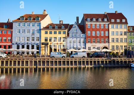 Copenhague, Danemark - 22 octobre 2018: vue avant de Nyhavn, le 17e siècle célèbre front de mer, canal et de divertissement dans le centre-ville.