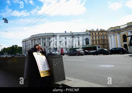 Une femme plus âgée avec de la publicité à l'entrée du métro. La perspective Nevski est la rue principale de la ville de Saint-Pétersbourg, en Russie, du nom de t Banque D'Images