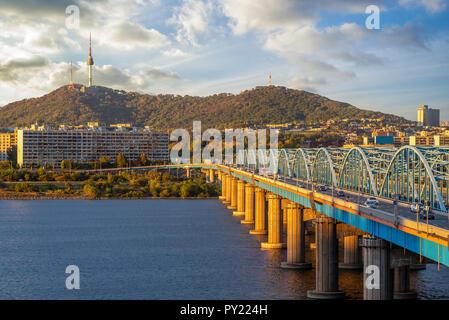 Tour de Séoul et pont dongjak à Séoul, Corée Banque D'Images