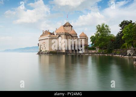 Belle vue du célèbre château de Chillon au bord du lac de Genève, l'une des principales attractions touristiques de Suisse et le plus visité des châteaux en Europe, Canton Banque D'Images