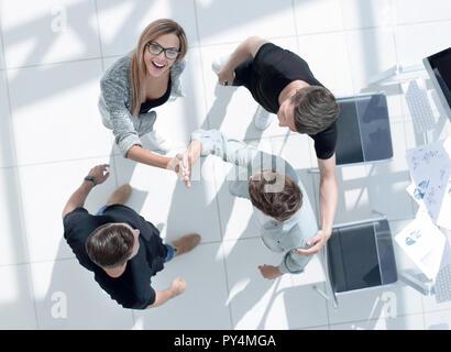 Les jeunes de l'office de se donner mutuellement un coup de main