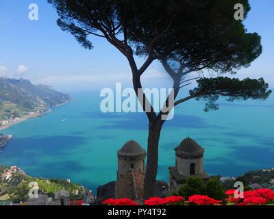 La Villa Rufolo à Ravello a une vue fantastique sur la côte amalfitaine depuis ses jardins et terrasses
