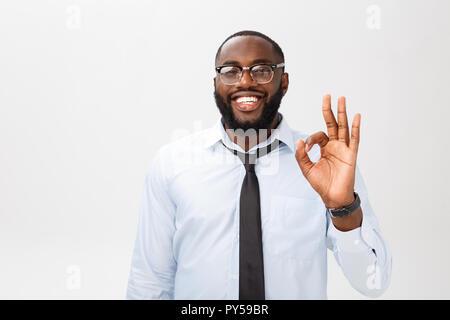 Portrait of african american man smiling et montrant bien signer. Concept Le langage du corps