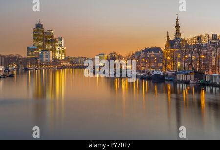 Amsterdam, Pays-Bas, le long de la rivière Amstel, avec les immeubles de bureaux (Rembrandttoren Mondriaantoren/) et façades de maisons/golden dans la lumière du matin. Banque D'Images