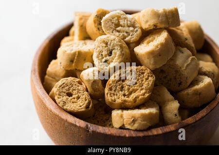 Pile de forme circulaire de seigle Pain croustillant croûton Biscuits / Crostini. Apéritif bio Chips. Banque D'Images