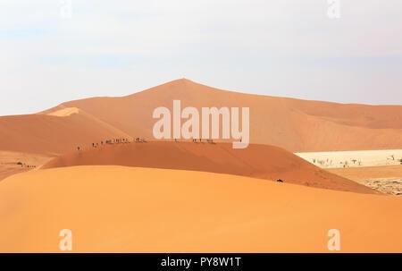 Désert de Namibie - touristes marcher la crête de dunes de sable dans le désert du Namib à Sossusvlei, Namibie, Afrique du Sud