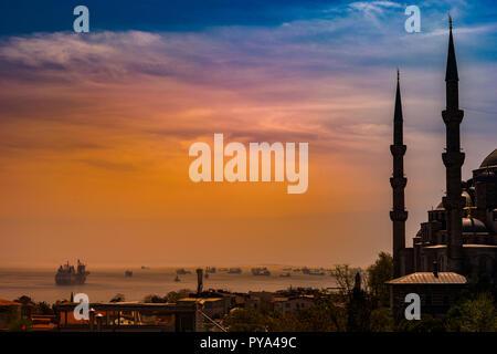 Les minarets et les dômes de la Mosquée Bleue et la mer de Marmara Bosphore avec en arrière-plan, Istanbul, Turquie. Banque D'Images