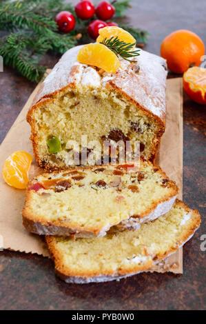 Gâteau de Noël avec les noix, les fruits secs, les mandarines. Des pâtisseries de fête traditionnelle.