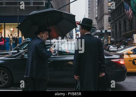 New York, USA - 31 mai 2018: deux hommes juifs parler sur une rue de New York, USA, en attendant de traverser une route. La ville de New York a le plus grand juif Banque D'Images