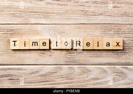 Le temps de vous détendre mot écrit sur une cale en bois. Le temps de relaxer texte sur table, concept. Banque D'Images