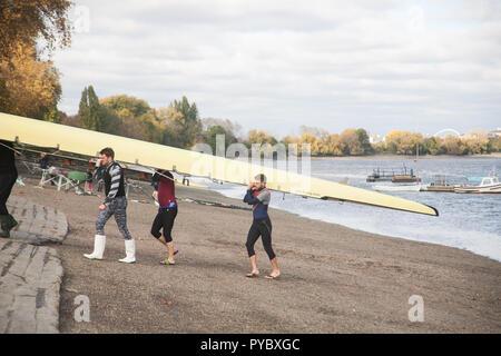 London UK. 27 octobre 2018. Les rameurs prendre pour la Tamise à Putney sur une journée ensoleillée à Londres et que l'air froid de l'Arctique est établie de façon à réduire de gel à travers le Royaume-Uni Crédit ce week-end: amer ghazzal/Alamy Live News Banque D'Images