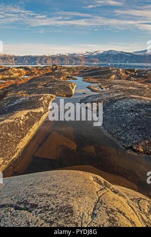 Dans l'étang colorés Rock stérile de l'Arctique près de Eqip Sermia au Groenland Banque D'Images