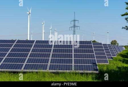 Les éoliennes, les pylônes électriques et les panneaux solaires vu en Allemagne Banque D'Images