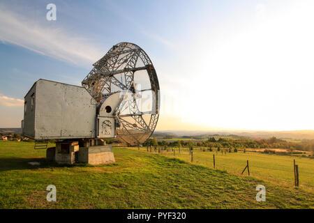 Antenne Satellite dans un paysage d'été, le fond de ciel.