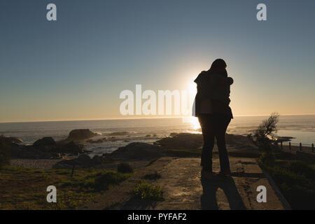 L'autre couple hugging on beach Banque D'Images