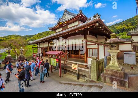 Kyoto, Japon - 24 Avril 2017: les gens à l'intérieur de Temple Kiyomizu-dera, l'un des plus célèbres temples du Japon. Kiyomizudera est associé à des bouddhistes Hosso sect. Kiyomizudera est Site du patrimoine de l'Unesco