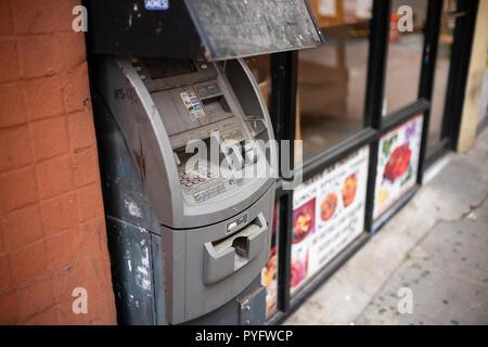 L'argent comptant est-il mort? Une ancienne machine ATM, Hell's Kitchen, New York City, New York. Banque D'Images