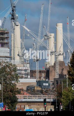 Londres, Royaume-Uni. 27 octobre 2018. Battersea Power Station est entouré par des grues comme les nouvelles cheminées brille dans le soleil d'automne. Crédit: Guy Bell/Alamy Live News Banque D'Images