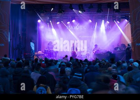 Londres, Royaume-Uni, 27 octobre 2018. L'Afrique sur la place Festival est de retour à Trafalgar Square pour le cinquième temps à célébrer l'art et la culture africaine. C'est un événement populaire et de divertissement qui, de la musique live, DJ's, de la danse, de la mode et des spectacles, marché africain et stands de nourriture. Elle fait également partie de l'histoire des Noirs et montrant que Londres s'ouvre ses portes au monde. Crédit: Joe Keurig / Alamy Live News Banque D'Images