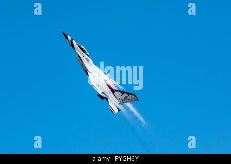 La présence de vapeur d'aile de l'USAF sur Thunderbird comme solo il grimpe dans le ciel.