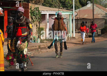 Bissau, République de Guinée-Bissau - Février 12, 2018: Groupe d'hommes portant des costumes traditionnels pendant le carnaval à l'neighb Bandim Banque D'Images