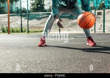 Close up d'un ballon de basket-ball orange