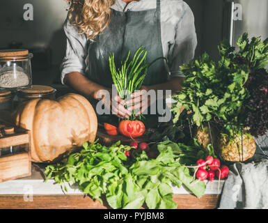 Femelle dans la préparation de l'aire de haricots verts pour la coupe sur le comptoir Banque D'Images