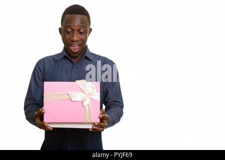 Les jeunes professionnels African man smiling et ouverture de boîte-cadeau Banque D'Images