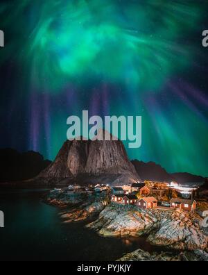 Northern Lights aurores boréales avec vue classique du village de pêcheurs de Hamnoy, près de Reine en Norvège, îles Lofoten. Cette photo est propulsé par