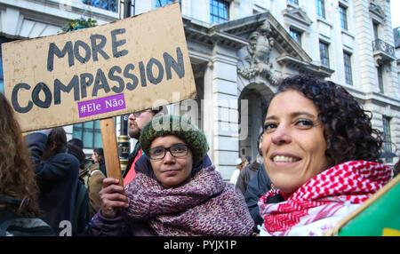 London, UK 28 Oct 2018 - Le 7 octobre des millions de Brésiliens à travers le monde ont voté aux élections présidentielles - 46% d'entre eux ont voté pour le candidat d'extrême-droite, appelé 'Bolsonaro Jaďr, le Brésilien Trump'. Un groupe de femmes brésiliennes dans le centre de Londres de protestation contre le fascisme. Credit: Dinendra Haria/Alamy Live News Banque D'Images
