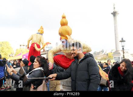 Londres, Royaume-Uni. 28 octobre 2018. Fun célébrations du Diwali à Trafalgar Square aujourd'hui, 28 octobre. Le Festival de la lumière est de signification religieuse pour les hindous, sikhs et Jain. Credit: Monica Wells/Alamy Live News Banque D'Images