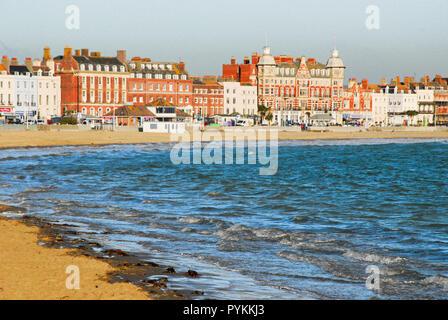 Weymouth, Dorset, UK. 29 octobre 2018. Vagues déferlantes rush sur sunny plage de Weymouth dans le froid glacial du vent onshore Crédit: Stuart fretwell/Alamy Live News Banque D'Images