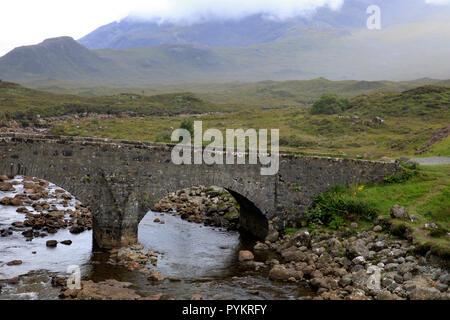 Vieux Pont Sligachan regardant vers la chaîne de montagnes Cuillin, île de Skye, Hébrides intérieures, Ecosse, Royaume-Uni Banque D'Images