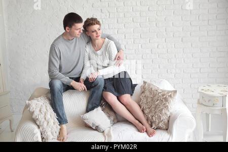 Portrait de parents heureux avec leur fille et l'animal de compagnie aimé avec un salon Banque D'Images