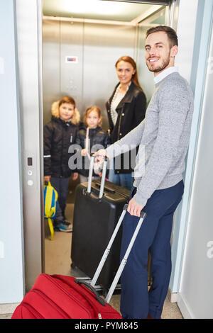 Famille et enfants dans l'ascenseur de l'aéroport lors d'un changement à un vol de Banque D'Images