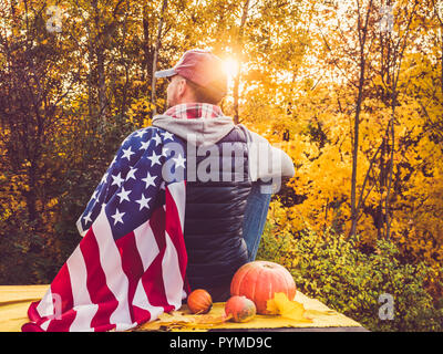 L'homme élégant et attrayant, tenant une forme US Flag