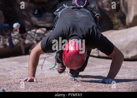 La Pedriza, Madrid, Espagne. Vue aérienne de granite rock climber climbing un itinéraire en granit. Banque D'Images