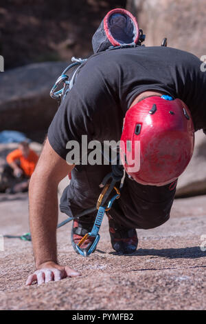 La Pedriza, Madrid, Espagne. Vue aérienne verticale de granite rock climber debout sur ses doigts de se reposer un peu avant qu'il continue. Banque D'Images