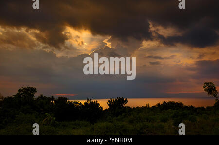 Des nuages éclairés par la lumière du soleil et rayons de soleil sur la mer du détroit de tanon illuminée par réflexion de l'eau Banque D'Images