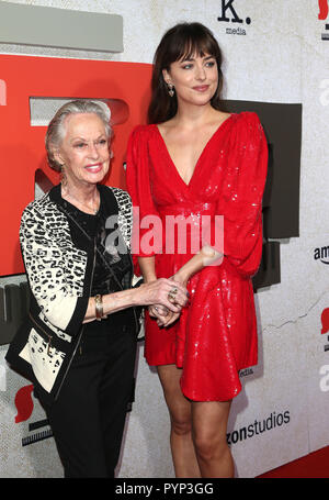 Los Angeles, CA, USA. 24 Oct, 2018. 24 octobre 2018 - Los Angeles, Californie - Tippi Hedren et Dakota Johnson. ''Suspiria'' Los Angeles Premiere tenue à l'Arclight Cinerama Dome d'Hollywood. Crédit photo : Faye Sadou/AdMedia Crédit : Faye Sadou/AdMedia/ZUMA/Alamy Fil Live News Banque D'Images