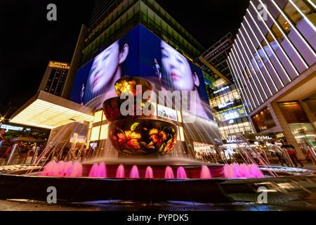 KUALA LUMPUR, 16 août 2018 - fontaine colorée en face de l'occupation et de monde 'Pavilion' centre commercial de la ville la nuit Banque D'Images