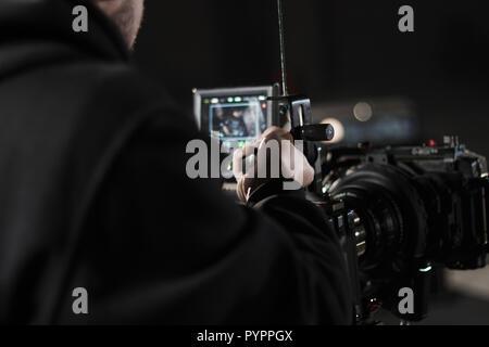 Vidéographe professionnel holding caméra montée sur easy rig. À l'aide d'un vidéographe Steadicam. Matériel Pro aide à faire des vidéos de haute qualité sans agitation. Banque D'Images