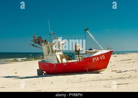 KRYNICA MORSKA, Pologne - 08 juin, 2018. Bateau de pêche sur la plage de sable près de Krynica Morska, Pologne Banque D'Images