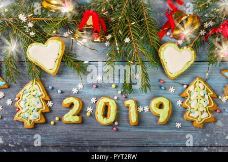 Gingerbread cookies glacés de Noël et décorations de Noël sur fond de bois bleu Banque D'Images