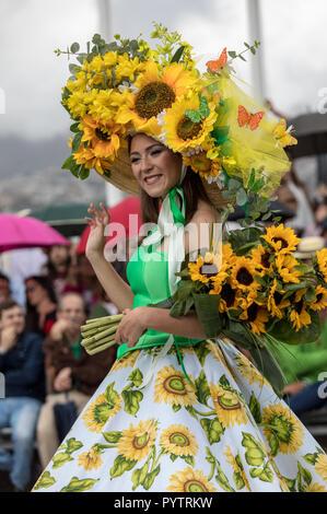 Funchal Madeira, Portugal; - 22 avril; 2018: femme en robe colorée avec motifs tournesols dansent au Défilé du Festival des fleurs de Madère Funchal en o Banque D'Images
