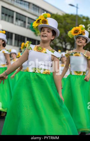 Funchal Madeira, Portugal; - 22 avril; 2018: un groupe de filles en robes colorées avec des motifs de tournesols dansent au Défilé du Festival des fleurs de Madère Banque D'Images
